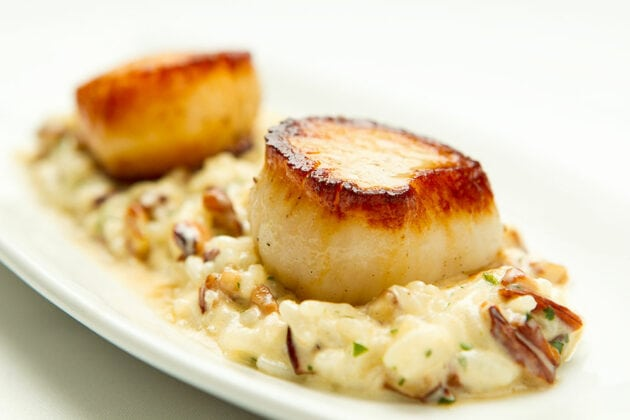 Food photography of Seagar's scallop dinner in Sandestin, Florida by commercial photographer Scott Holstein.